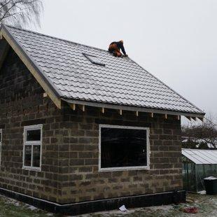 jumta logu iestrāde metāla segumā, seguma montāža, papildelementu uzstādīšana